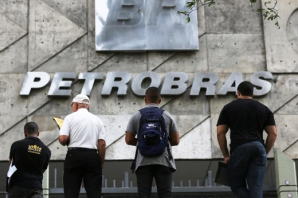 Pessoas em frente à sede da Petrobrás