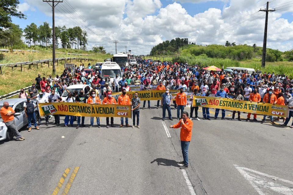 Petroleiros e moradores locais ocupam o acesso à refinaria desde o início da manhã desta quarta-feira (Foto: Pedro Henrique Caldas/Sindipetro Bahia)
