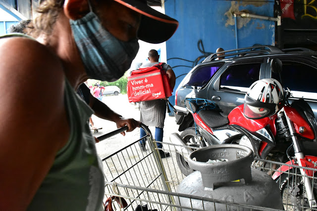 Botijões foram distribuídos a famílias que são impactadas pelas enchentes em São Paulo (Foto: Eric Gonçalves/Sindipetro-SP)